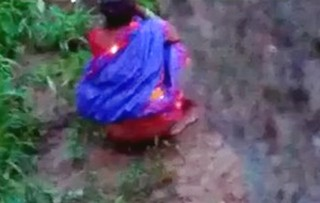 Two Neighbor saree bhabhi caught voyeur pissing in open