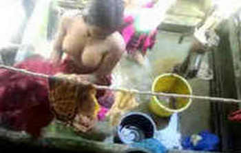 Desi girl bathing captured by hidden cam
