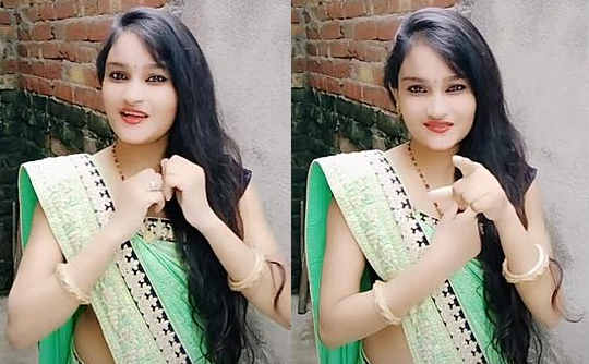 cute college doll Aarti Singh navel show.