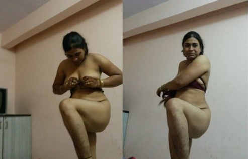 Desi bhabhi showing herself
