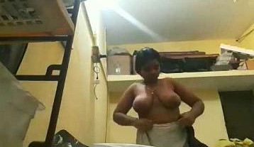 Tamil bhabhi wearing black bra after bath to cover pappaya boobs
