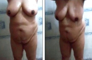 Desi mature wife nude bathing