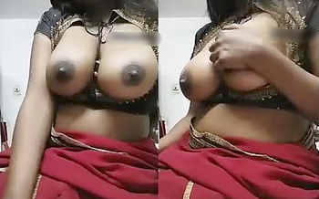 Smoking hot Busty Indian babe showing big boobs on Cam