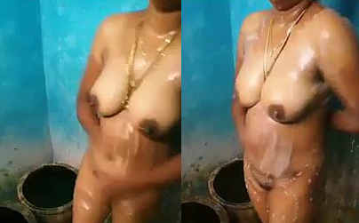 desi hot aunty bathing