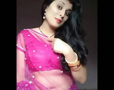 Cute housewife bhabhi Heena Kumari exposing navel in transparent saree.