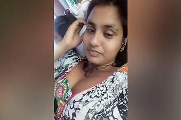 desi girl clevage show while chatting